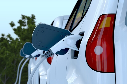 Une voiture hybride entrain d'être rechargé